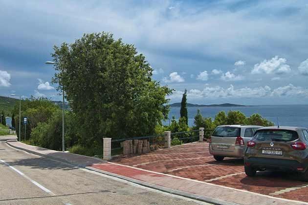 Parkplätze vor der Villa