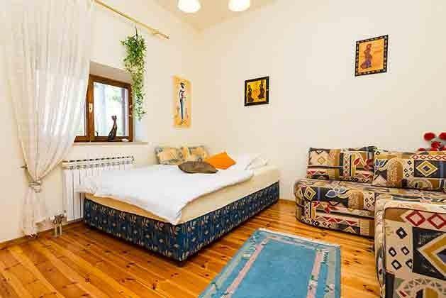 Wohnraum mit Einzelbett und Schlafcouch