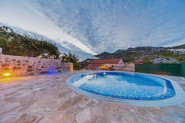 der Pool mit Blick auf das Haus