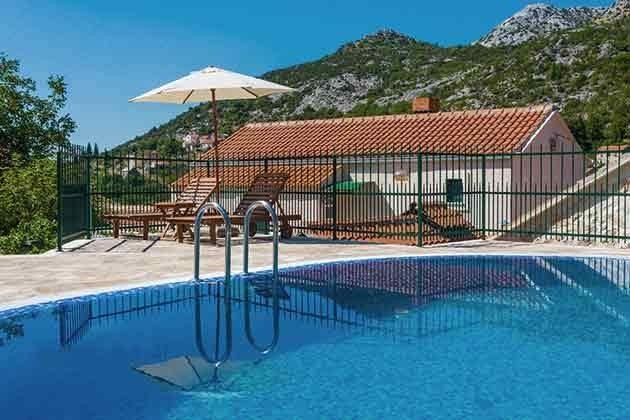 Pool mit Blick auf das Haupthaus
