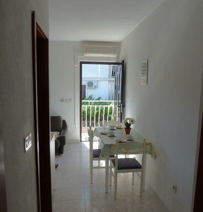 Eingangstür und Wohnküche - Objekt 2451-1
