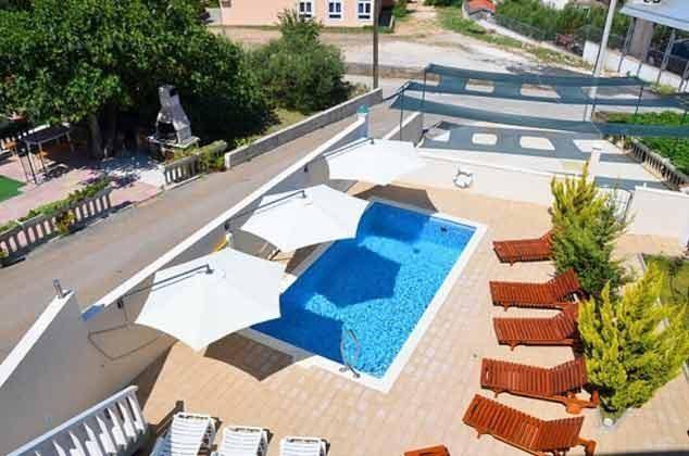 der Pool mit Sonnenterrasse