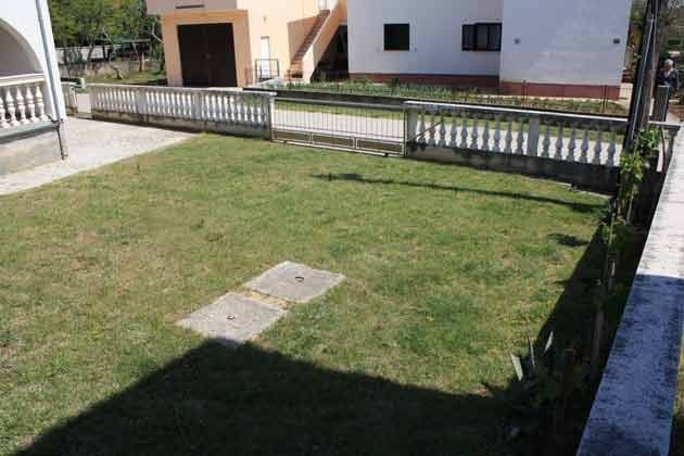 der Hof mit Rasenfläche