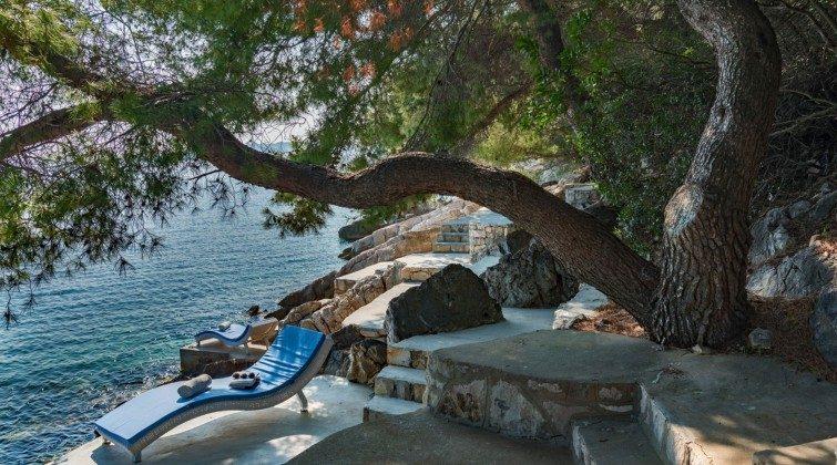 private Sonnenliegen am Felsstrand vor der Villa - Objekt 138493-27