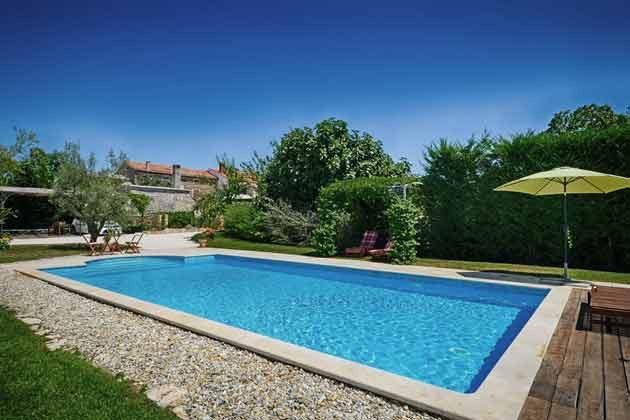 der Pool und die Ferienvilla im Hintergrund - Objekt 138493-16
