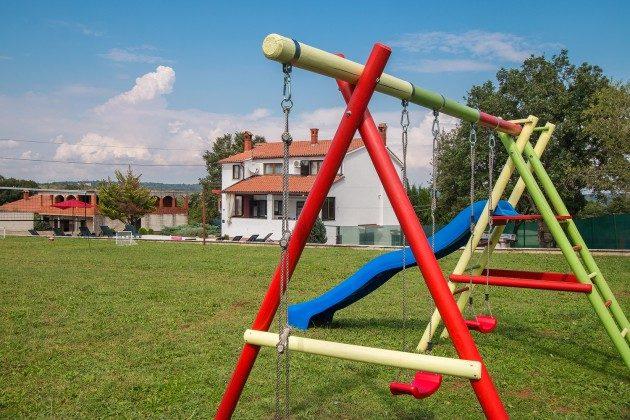 Kinderschaukel im Garten - Objekt 160284-282