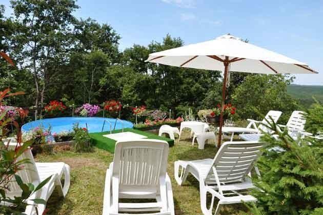 aufgestellter Pool und Sonnenliegen