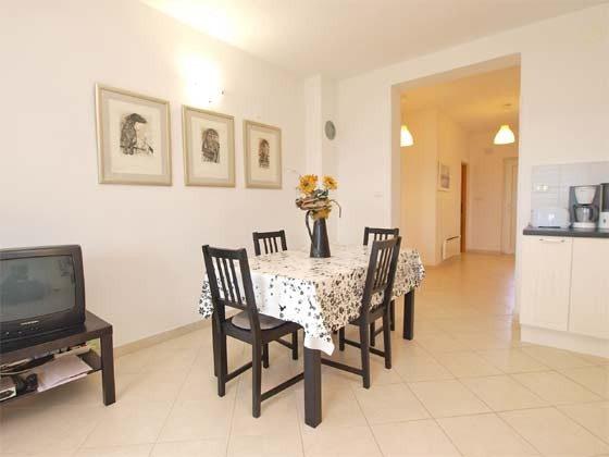 Wohnküche mit Blick in den Eingangsbereich  - Objekt 160284-239