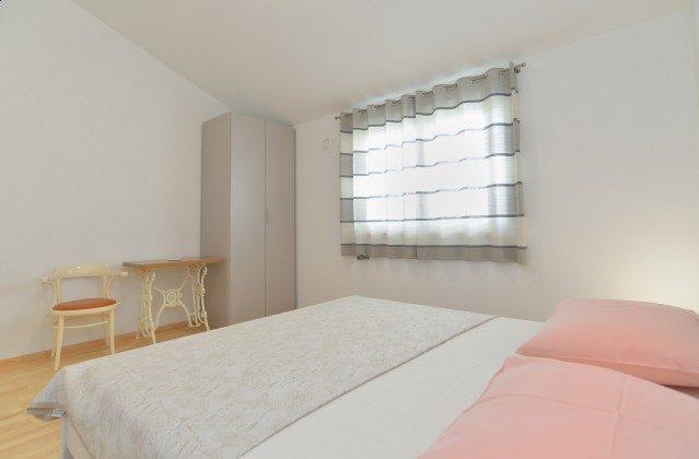 eines der beiden Schlafzimmer mit Doppelbett - Bild 2 - Objekt 160284-335