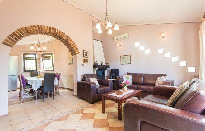 Wohnzimmer und Durchgang zur Küche - Objekt 160284-336