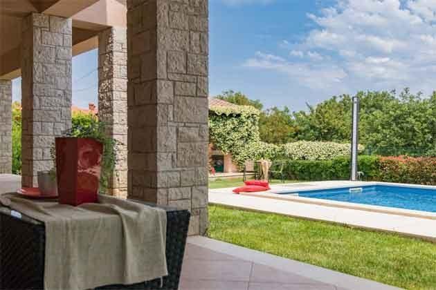 Terrasse mit Blick auf den Pool - Bild 1 - Objekt 160284-242