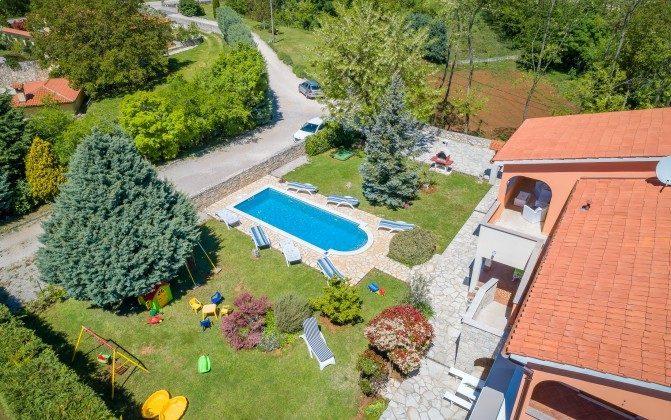 Luftaufnahme Haus, Pool und Garten - Objekt 160284-310
