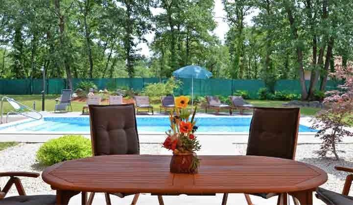Blick von der terrasse auf den Pool -  Objekt 160284-250