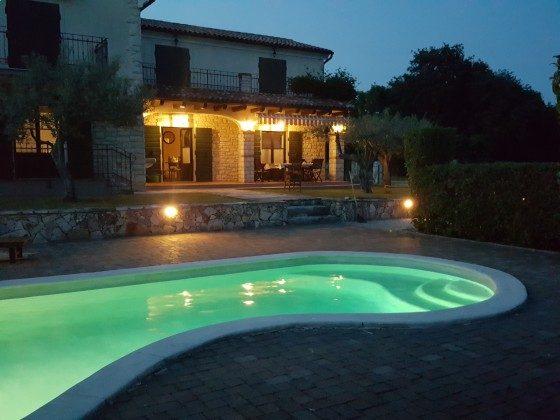 Ferienhaus und Pool in Abendbeleuchtung - Objekt 160285-298