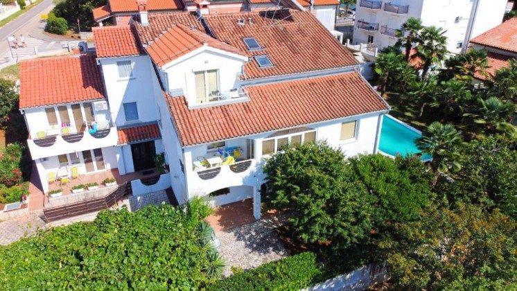 Luftaufnahme Apartmenthaus und Pool - Objekt 160284-358