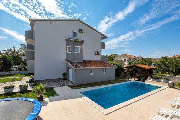 Apartmenthaus und Pool - Bild 1 - Objekt 160284-276