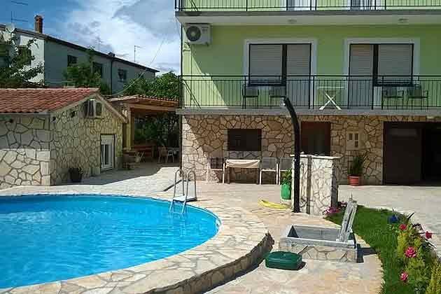 das Apartmenthaus mit Pool