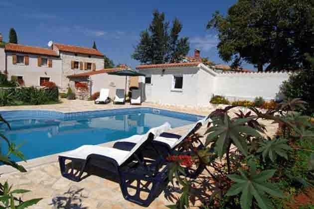 Haus mit Pool und Gartenpavillon