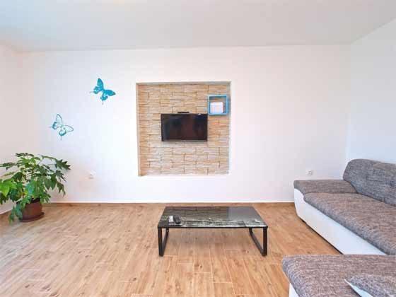 Ecksofa und Sat-TV im Wohnbereich - Objekt 160284-180