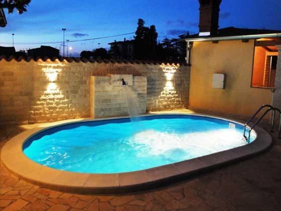 der Pool mit Abendbeleuchtung