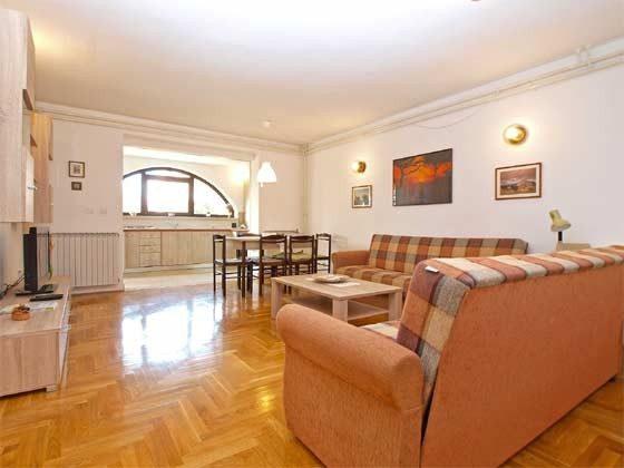 Wohnraum und Blick in die Küche - Bild 1 - Objekt 160284-233