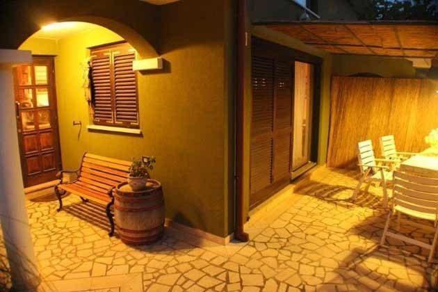 kleine Terrasse vor dem Haus