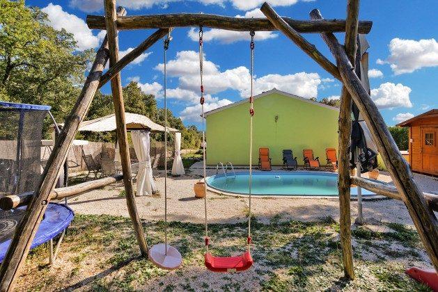 Kinderschaukel im Garten - Objekt 160284-304