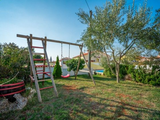 Kinderschaukel im Garten - Objekt 160284-305