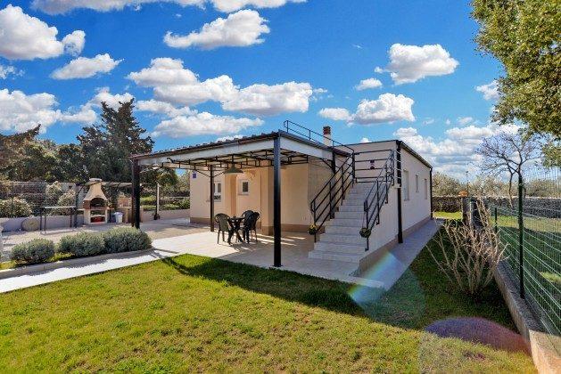 Pavillon rechts und überdachte Terrasse links - Objekt 160284-337