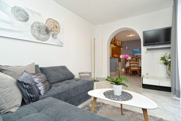 FW1 Wohnzimmer und Durchgang zur Küche - Objekt 160284-340 m