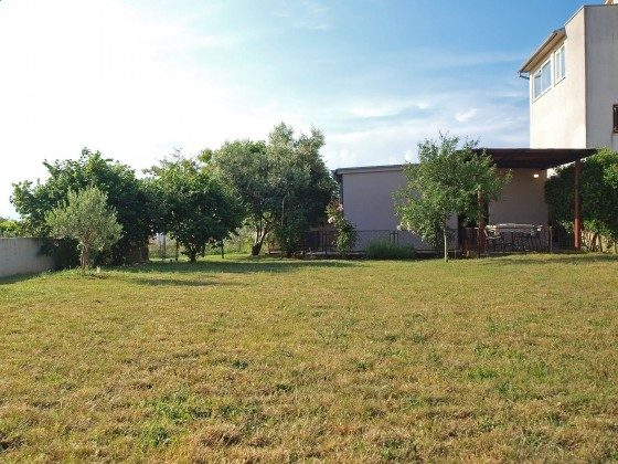 große Rasenfläche am Haus - Objekt 160284-351