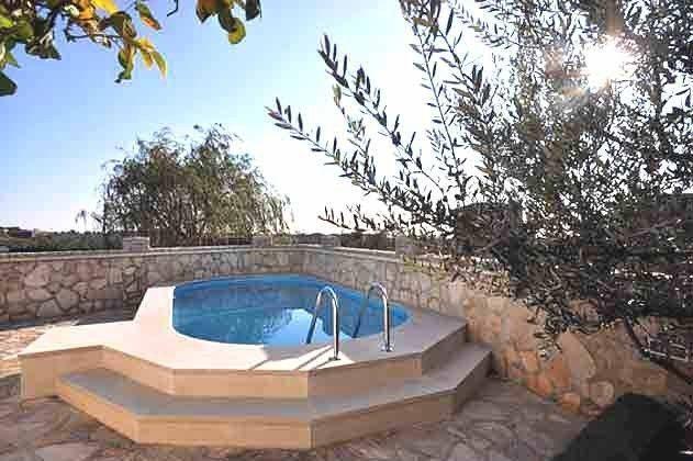 der 24 qm große Pool