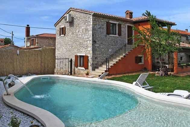 das Ferienhaus und der Pool
