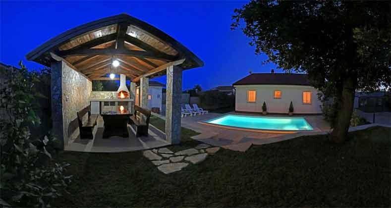 Abendbeleuchtung Pool und Grillterrasse - Objekt 201110-1