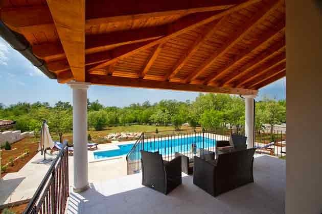 überdachte Sitzterrasse mit Blick auf den Pool - Objekt 147315-1