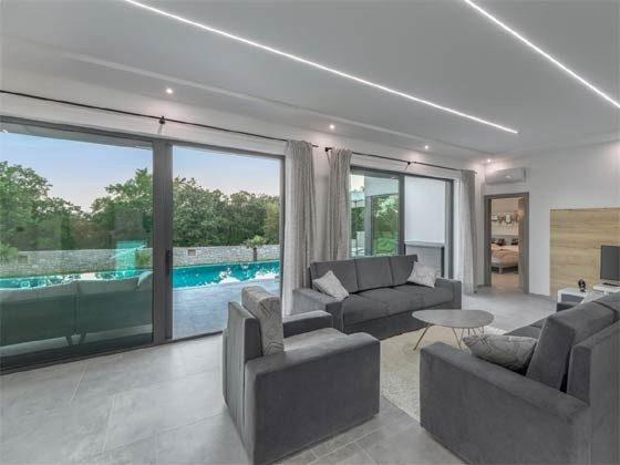 Wohnbereich und Terrassentüren zum Pool - Objekt 203989-1