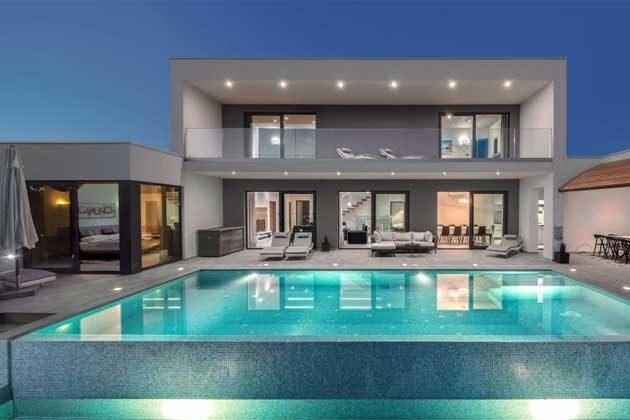 Villa und Pool mit Abendbeleuchtung - Objekt 203989-1