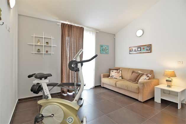 Raum mit Schlafcouch und Fitnessgeräten - Objekt 160284-255