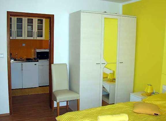 A4 Schlafzimmer mit Blick in die Küche - Objekt 160284-109.