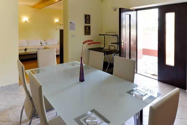 A2 Küche mit Blick ins Wohnzimmer
