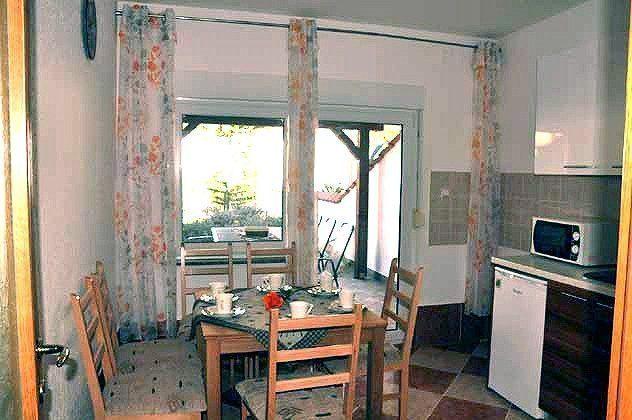 Küche mit Ausgang zur hinteren Terrasse