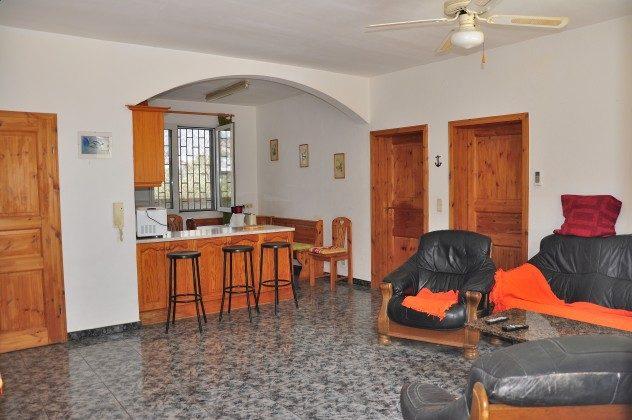 Wohnzimmer mit Wohnküche rechts