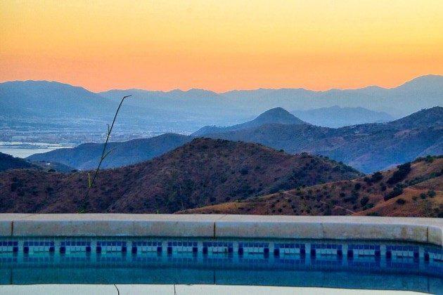 Pool und Sicht auf Malaga