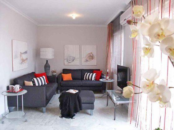Wohnzimmer mit Klimaanlage und drehbarem Sat-TV