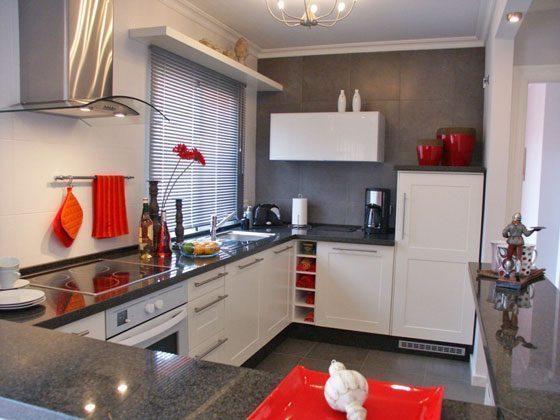 gut ausgestattete Küche mit Granit-Arbeitsflächen