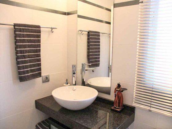 Bad mit Granitwaschtisch und Dusch-Badewanne