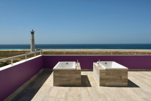 FUE 110068-52 Terrasse mit zwei Badewannen und Meerblick