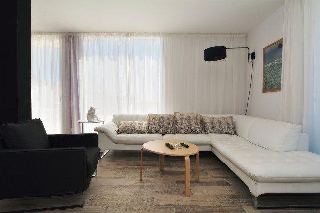 FUE 110068-52 Wohnzimmer mit Flat-TV