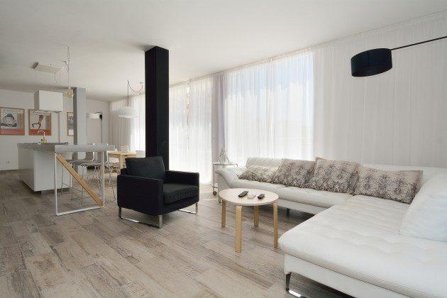 FUE 110068-52 Wohnbereich und offene Küche mit Essplatz