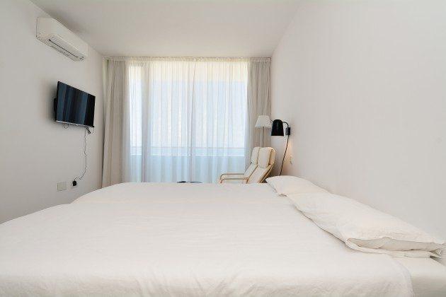 FUE 110068-52 Schlafzimmer mit Einzelbetten und Flat-TV